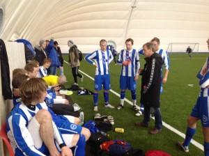 Trener Frode Pedersen snakker med spillerne i pausen.