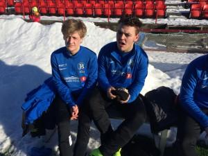 Andreas Hansten og Andreas Solli koser seg i sola på Rørvik (trykk for større).