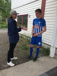 Isak, som nok var banens beste spiller, i samtale med pressen etter kampen.