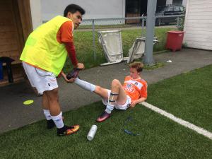 Eskil mottar velfortjent pleie av Jey etter kampen