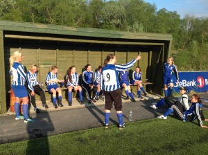 Trener Renate Mathisen intstruerer spillerne i pausen.