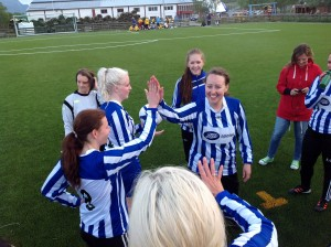 BIL-spillerne gratulerer seg selv med seieren, mens Vgea depper i bakgrunnen.