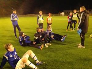Roy Arve tar en prat med guttelagsspillerne