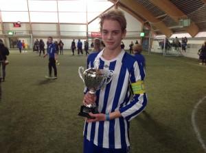 Guttelagets Espen Øverås med trofeet