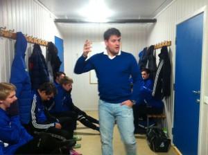 Trener Kjell R. Stavang gir sine instrukser før kamp.
