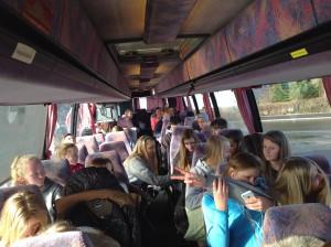 Jentene og guttene gjør seg klare til å dra