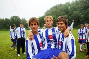 Ulrik (midten) etter en kamp i Norway Cup 2008 (foto: Helg.no)